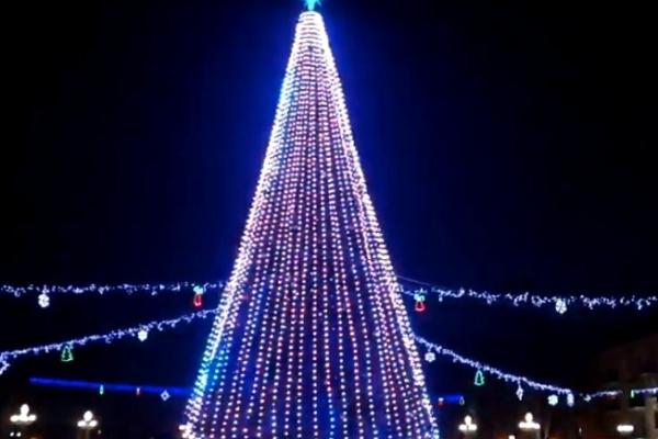 У Тернополі засвітили головну ялинку міста (Наживо)