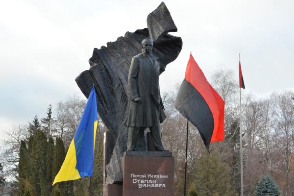 Тернополяни вимагають повернути Степану Бандері звання герой України