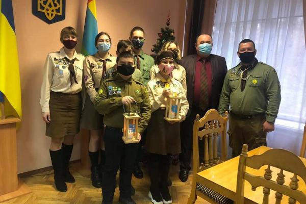 Тернопільщина: Вифлеємський вогонь миру передали у Кременець