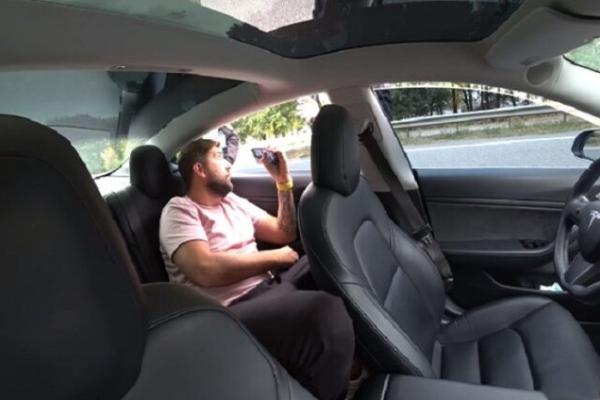 Поліцейські зупинили Tesla на автопілоті, але не знали кого звинувати у перевищенні швидкості