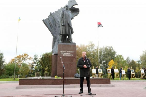 Громада Тернополя вимагає повернення Степанові Бандері звання Героя України