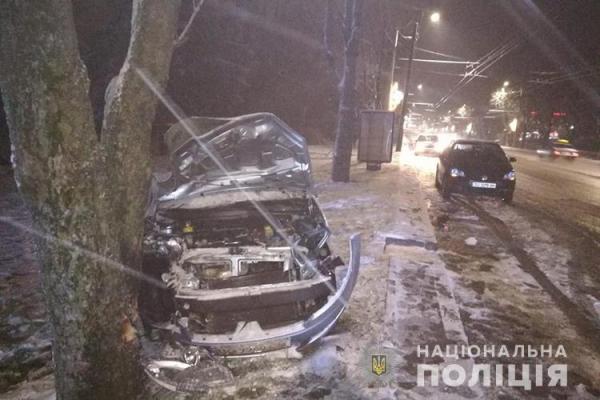У Тернополі ДТП: водій врізався у дерево