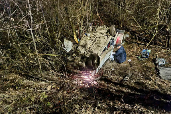 ДТП: поблизу Тернополя авто злетіло в прірву та перекинулося