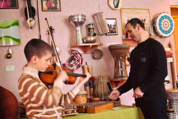 На Тернопільщині музей музичних інструментів вирушає в мандрівку сільськими школами