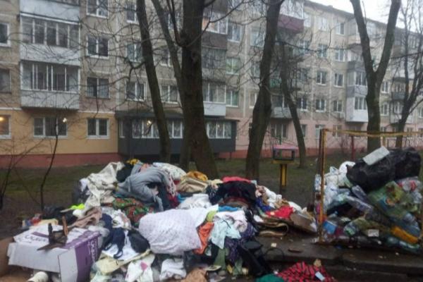 Після смерті власниці квартири спадкоємці викинули все її добро на вулицю