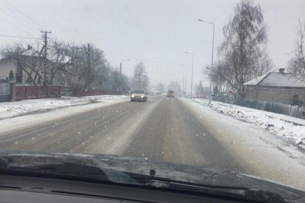 Від снігу дороги Тернопільщини очищає спецтехніка