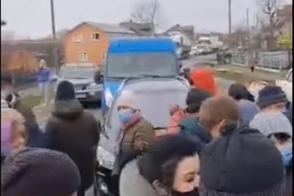 На Тернопільщині мітингують: люди перекрили дорогу
