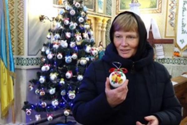 У храмі на Тернопільщині ялинку прикрасили вишитими іграшками