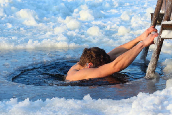 Після купання у крижаній воді на Водохреща медики ледве врятували двох мешканців Тернопільщини