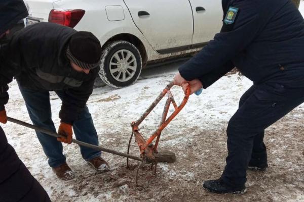На вул. Бережанській демонтовали металеві обмежувачі дорожнього руху