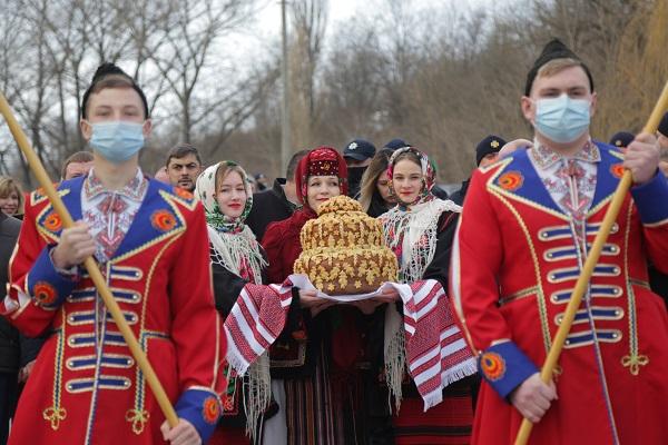 День Соборності України: на межі Тернопільської та Хмельницької області з'єднали 50-ти метровий стяг