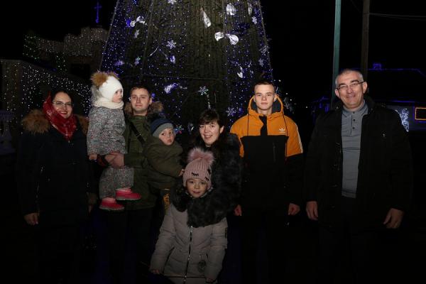 Відома сім'я з Тернопільщини роздала подарунки за перемогу в різдвяному конкурсі