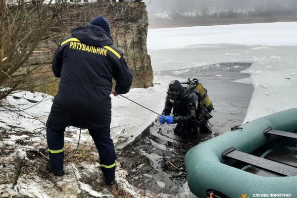 Тіло у ставку шукали всю ніч: в Бережанському районі під кригу провалився юнак (фото)