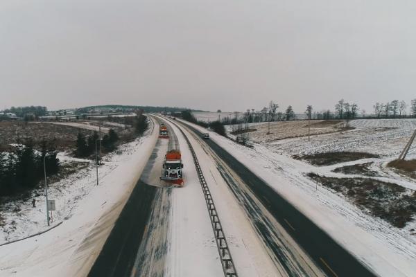 Інтенсивний сніг та потужний вітер не зупиняються: боротьба з негодою триває