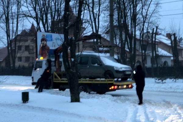 Перешкоджали роботі снігоочисної техніки: у Тернополі евакуювали 5 автомобілів