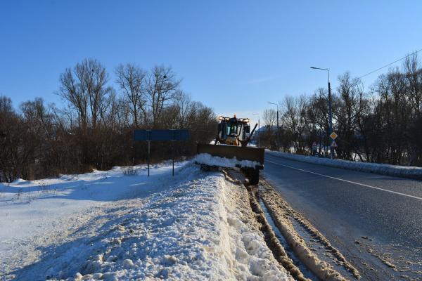 Четверту добу безперервно державні дороги області чистимо і посипаємо