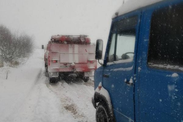 На Тернопільщині рятувальники відбуксировують автобуси зі снігових заметів