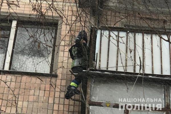 Намагався вилізти через балкон: у Тернополі врятували 6-річну дитину