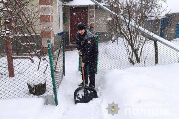 На Тернопільщині правоохоронці допомагають очищати сніг