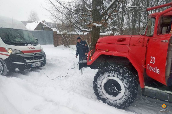 Рятувальники Тернопільщини продовжують витягувати автомобілі зі снігових заметів