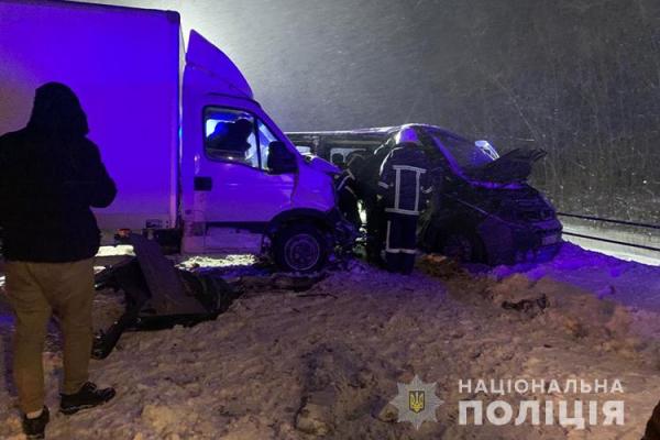 Автомобіль занесло на засніженій дорозі: на Тернопільщині потрійна автопригода