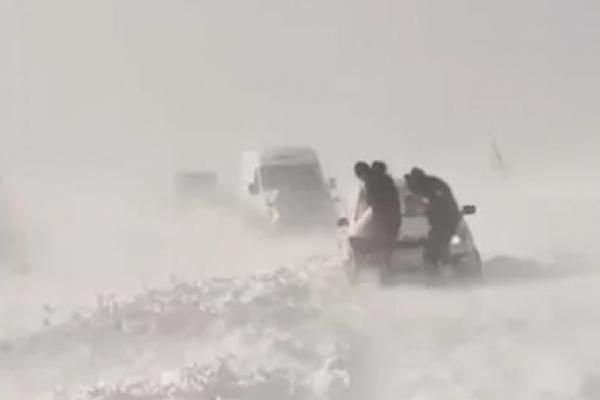 На Тернопільщині автомобілі застрягають у сніговій пастці