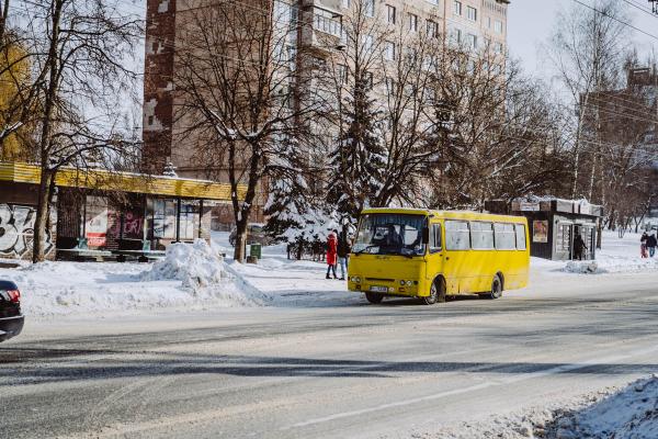 Тернопіль: у громадському транспорті дітей та пенсіонерів перевозитимуть без обмежень