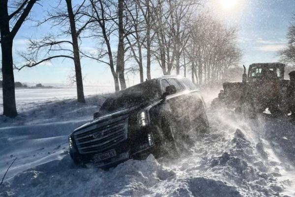 Українські блогери застрягли на засніженій дорозі під Тернополем: служба порятунку відмовилася допомагати