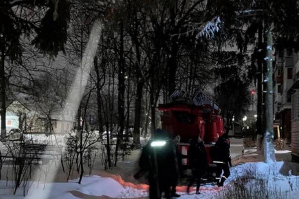 Рятувальники у дворі багатоповерхівки знімали з дерева чоловіка, який збирався вкоротити віку