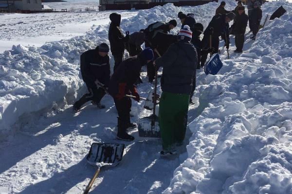 Люди взялися за лопати: на Тернопільщині продовжують розчищати дороги від снігу