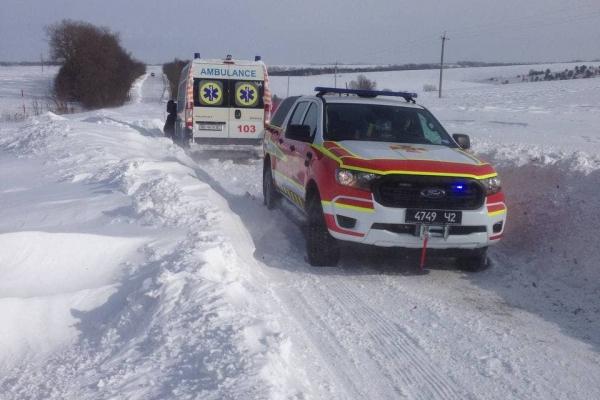 На Тернопільщині швидка застрягла у снігу дорогою до пацієнта