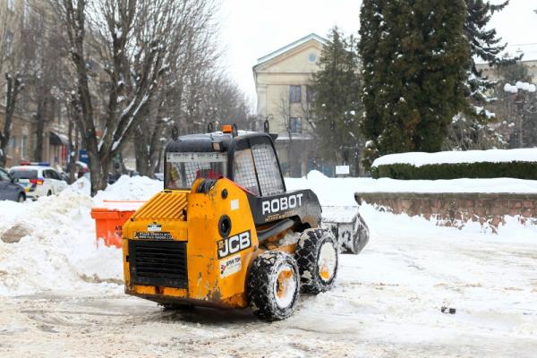У Тернополі 28 одиниць техніки очищали вулиці від снігу
