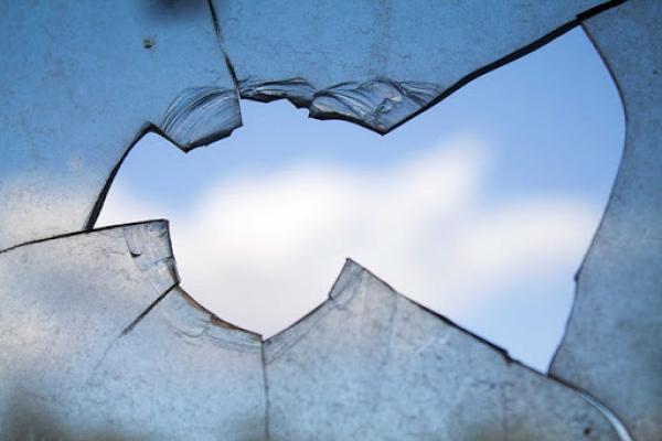 У Тернополі чоловік вибив вікно порожньою пляшкою, щоб його почули люди