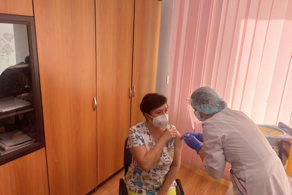 На Тернопільщині вакцинували першу людину