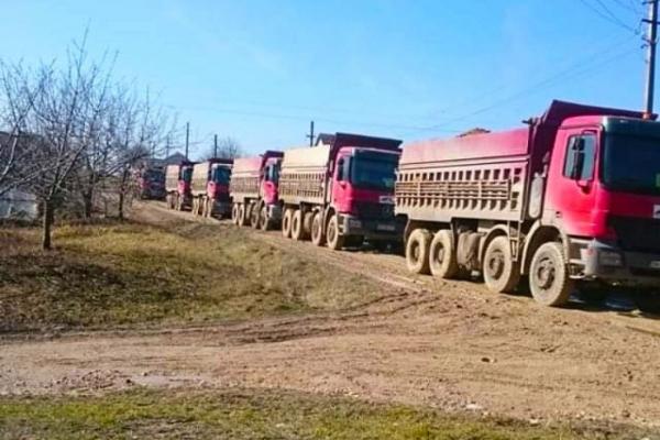 У Заліщицькому районі люди перекрили дорогу вантажівкам (Фото)