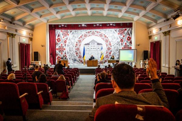 Одній зі шкіл Тернополя присвоюють ім'я Лесі Українки.