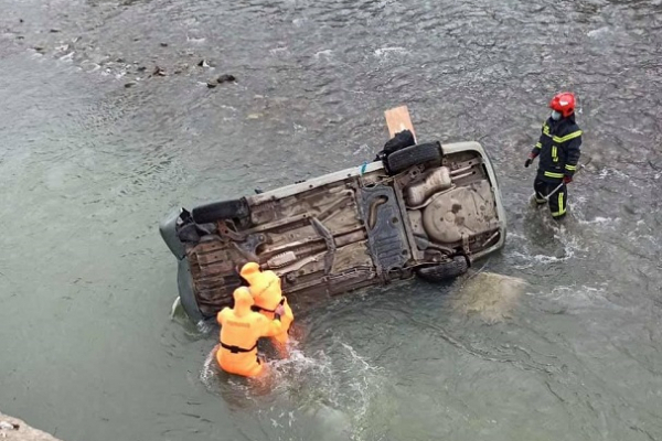 Автомобіль впав у річку: загинула 42-річна жінка