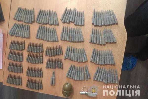 У жителя Тернопільщини виявили склад зброї