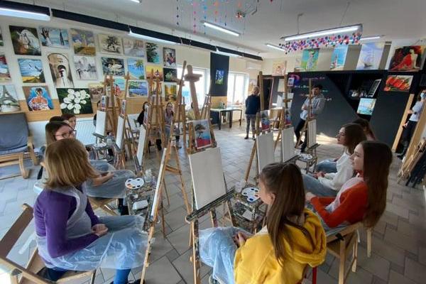 Дівчата-підопічні тернопільського «Карітасу» писали картини