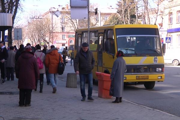 Тернополяни скаржаться на скупчення людей на зупинках в час адаптивного карантину