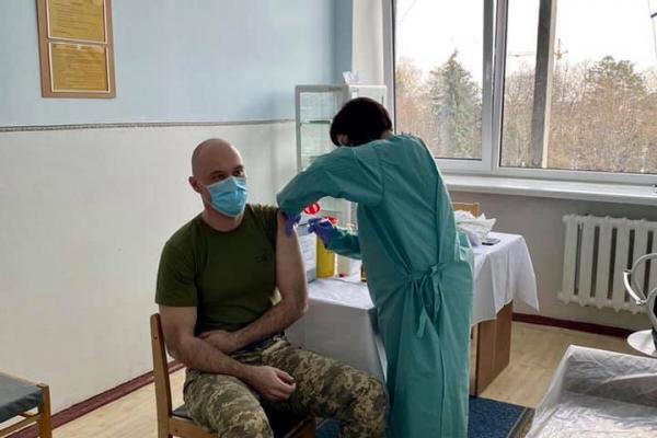 COVID-19: військовослужбовців з Тернопільщини розпочали вакцинувати