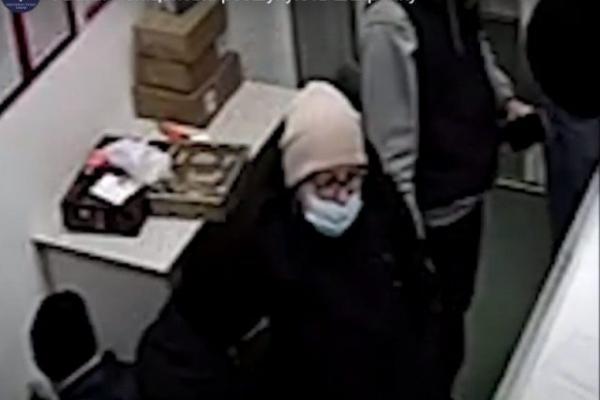 Підмінила телефон на муляж: злодійка потрапила на камеру спостереження (Відео)