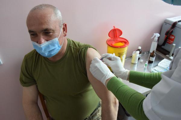 COVID-19: на Тернопільщині вакцинують військовослужбовці