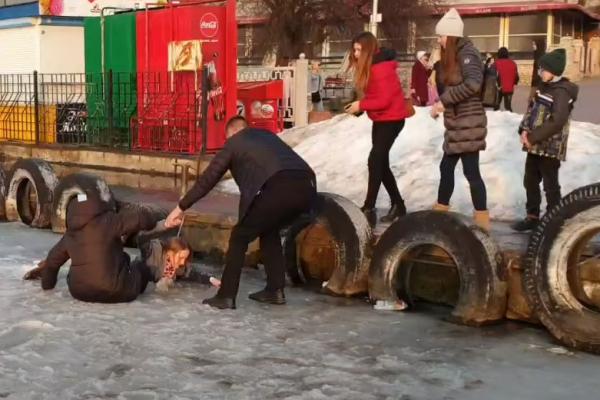 У Тернополі на ставі чоловік врятував двох жінок, які провалились під лід (Відео)
