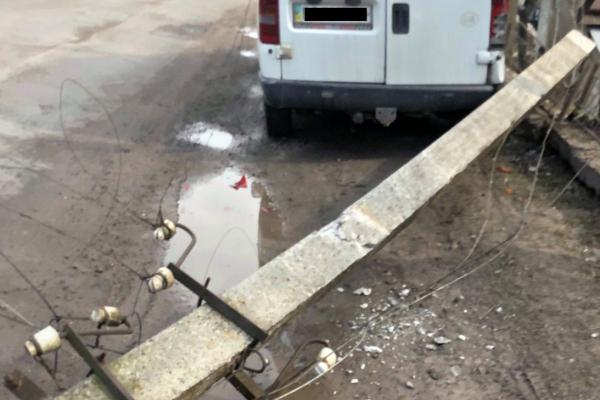 У Бережанах на автомобіль впала електроопора