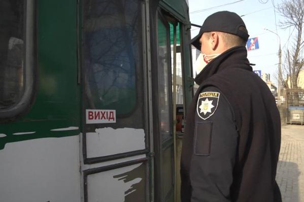 Поліцейські перевіряють дотримання карантинних вимог у громадському транспорті