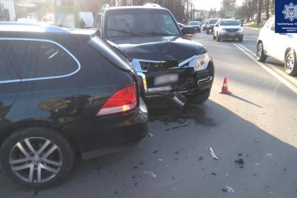 У Тернополі ДТП: не розминулися три автомобілі