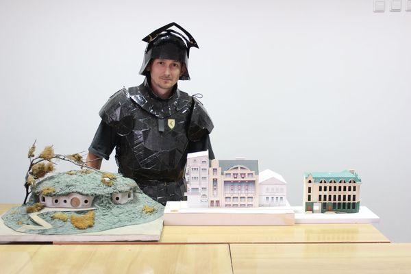 Викладач із Чорткова створює з паперу дивовижні макети