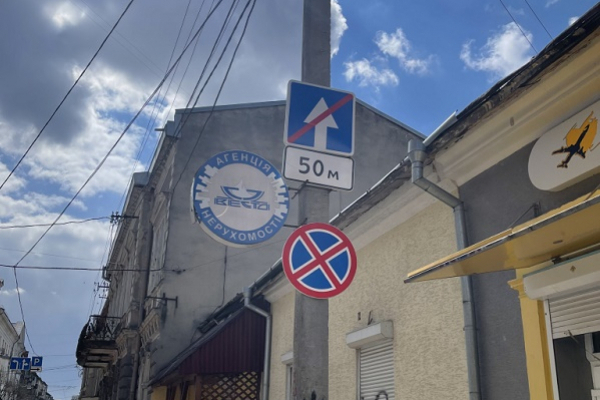 Демонтувати дорожні знаки «Зупинку заборонено» просять тернополяни