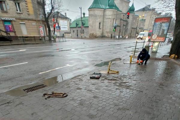 У центрі Тернополя демонтували незаконно встановлені паркувальні бар'єри